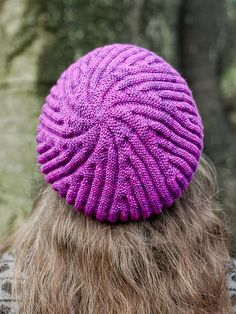 Slip stiches in continuous rounds result in a spiral being formed. In this pattern the spiral is enhanced by the addition of new ridges to each section. Crochet Yarn, Crochet Stitches, Yarn Store, Ravelry, Knitted Hats, Winter Hats, Spiral, Knitting, Blog