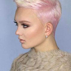 Natural blond with pink roots! This is the color before the grey toner on last photo. This is a softer look!  Make-up and photo @jasmijniris  Haircolor and Haircut @suzanneslegers #hair #haircolour #haircolor #hairdresser #pinkhair #blonde