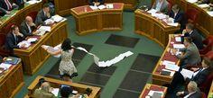 Ilyen képet vágott Orbán, mikor SzabóTímea elé tartotta a büntetett civilek listáját