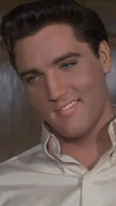 Elvis Presley Young, Elvis Presley Pictures, Young Elvis, Beautiful Men Faces, Most Beautiful Man, Manado, People Need The Lord, Rockabilly Couple, Elvis Sightings