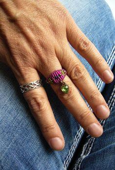 **Makramée-Ring ** mit eingearbeiteter Rocailles und grünem, baumelndem Glasherzchen :)  Ringgröße: 59  Innendurchmesser: 19 mm  Geknüpft mit S-Lon Bead Cord