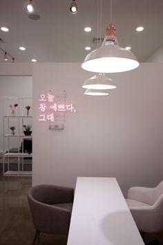 네일이 예쁘다 - 네일샵인테리어 Beauty Bar, Signage, Restaurant, Ceiling Lights, Lighting, Interior, Korea, Design, Home Decor