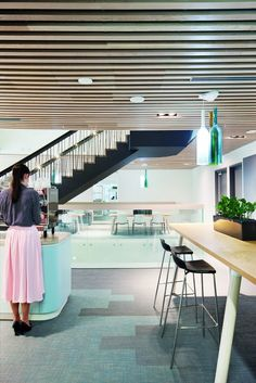 The remarkable workspace of Australian attorneys Hall and Wilcox features Interface #SkinnyPlanks. Interface Skinny Planks allow for a variety of floor patterns to take place in a business office, like this law firm.The diverse floor pattern of light blue and grey carpet gives this office / lobby a contemporary design.