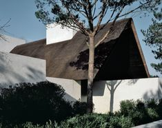 Modern home exterior + white washed brick + minimal landscaping + thatched roof + steep pitched roof + single story home + open to outdoors + traditional villa + boxy architecture Villa Am Meer, Vincent Van Duysen, Painting Shutters, Journal Du Design, Old Mansions, Seaside Village, Brick Facade, Thatched Roof, Green Landscape