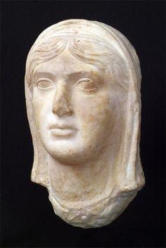 Escultura dama amb vel    Si no hagués estat pels treballs de reforçament de les muralles moltes de les escultures que es van esculpir o encarregar a Bàrcino no haurien arribat fins a nosaltres. Com ara aquest retrat romà d'una dama amb vel, del segle I dC.