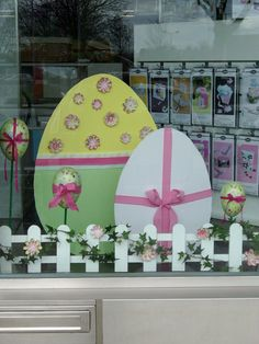 24 Excuisite DIY Easter window decorations you need to copy from ASAP - Hike n Dip Katja Mo Schaufensterdeko Ostern Katja Mo 24 Excuisite DIY Easter window decorations you need to copy from ASAP - Hike n Dip Schaufensterdeko Ostern Katja Mo Spring Window Display, Window Display Retail, Retail Displays, Shop Displays, Merchandising Displays, Diy Osterschmuck, Decoration Vitrine, Easy Easter Crafts, Easter Season