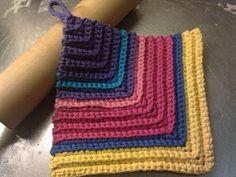 Karins bloggiblogg: Virkad Grytlapp På Tvären, Här Är Mönstret Crochet Potholders, Crochet Blocks, Crochet Squares, Crochet Patterns, Crochet Home, Free Crochet, Knit Crochet, Crochet Flower Tutorial, Crochet Flowers