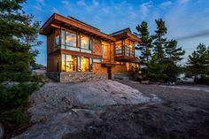 Quand un architecte crée sa propre résidence secondaire en bois au Canada, vue d'ensemble de nuit - Cottage Country par Core Architects - Baie géorgienne, Canada #construiretendance