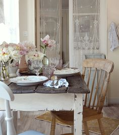 25 Home Decoration Organization and Storage Tips This is the best expression of true shabby chic! The Best of shabby chic in Shabby Chic Kitchen Curtains, Cottage Shabby Chic, Shabby Chic Living Room, Shabby Chic Interiors, Shabby Chic Farmhouse, Shabby Chic Homes, Shabby Chic Furniture, Shabby Chic Decor, Table Design