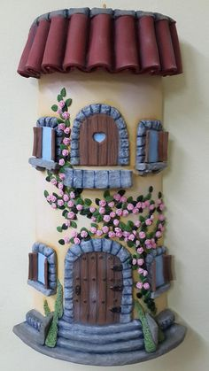 Telhas Decoradas Artesanato - Passo a passo Clay Houses, Ceramic Houses, Polymer Clay Fairy, Polymer Clay Projects, Bottle Art, Bottle Crafts, Clay Fairy House, Fairy Houses, Hobbies And Crafts