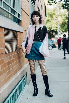 Street style à la Fashion Week printemps-été 2017 de New York : le mannequin Grace Hartzel à la sortie des défilés