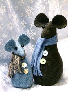 Christmas Mice - a project from Christmas Crafts Scandinavian StyleChristmas Mice by Gingerbread SnowflakesChristmas Mice - Quick and easy! ~ Pinned for Kidfolio, the parenting mobile app that makes sharing a snap!Christmas Mice - Oh, so cute! Christmas Projects, Felt Crafts, Christmas Crafts, Felt Christmas Decorations, Felt Christmas Ornaments, Scandinavian Christmas, Scandinavian Style, Mouse Crafts, Hamster