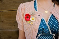 Lovely floral pins and I adore the polka dot dress! Retro Mode, Mode Vintage, Style Vintage, Vintage Pins, Vintage Love, Vintage Inspired, Retro Vintage, Look Fashion, Retro Fashion