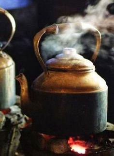 Água fervendo ,prontinha para passar um café  delicioso!!!!