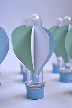 Tubete de plástico com enfeite de catavento, sem doce, somente a embalagem.    Balão feito com material de scrapbook em 3 cores.    Posso fazer outras cores o balão.    O valor é unitário.    Quantidade mínima para a compra são de 20 unidades.