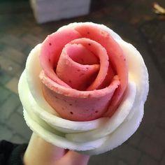Ice Cream Tumblr, Rose Ice Cream, Fruit Flowers, Ice Ice Baby, Sweet Cakes, Street Food, New Recipes, Creme, Cravings