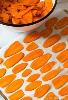 Healthy Baked Carrot Chips Recipe - Get your crunchy chip-fix without ruining your diet! These gluten free, low fat snacks are easy to make and easy to love. Healthy Meals For Kids, Healthy Baking, Healthy Snacks, Healthy Recipes, Healthy Dinners, Yummy Recipes, Vegetarian Recipes, Baked Carrot Chips, Apple Chips