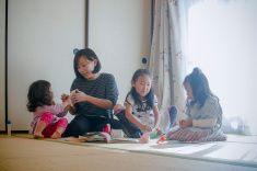 母自宅で遊ぶお子様 stock photo