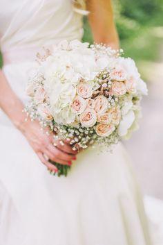 weiße und rosa Rosen, kleine weiße Blumen Blumenstrauß Sommer