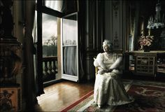 annie lebowitz queen elizabeth portrait modeled after Cecil Beaton's style of portraiture