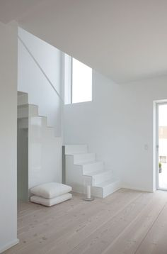 White, white, white, white - Deco How to Crafts Stairs And Staircase, White Stairs, House Stairs, Staircase Design, White Hallway, Metal Stairs, Stairway, Minimalist Interior, Minimalist Home