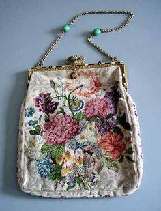 Старинные сумочки и кошельки Старинные сумочки: вышитые, бисерные, плетеные, серебряные, гобеленовые. К сожалению, фото, которые удалось найти, не передают всей…