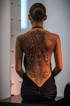 L'abito tatuato sulla pelle, al Museo Maxxi di Roma i tatuaggi merletto di Marco Manzo.