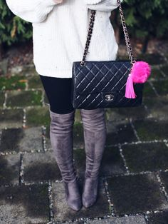 pink pom pom, pink faux fur po pom, faux fur, faux fur keychain, faux fur accessoires, chanel, chanel bag, how to style your purse, purse accessories, keychains