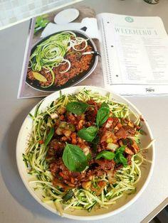 Heerlijk de geur in de keuken van zelf gemaakte pastasaus. Eentje die je gemakkelijk zelf kan maken en ook nog eens gezonder dan de kant-en-klaar sauzen. Vanuit die basis tomatensaus kun je natuurlijk gemakkelijk de saus met vlees en/of groentes aanvullen tot je een volledige tomatensaus hebt. Wij geven 5 snelle pastasaus recepten Italian Recipes, Vegan Recipes, Light Recipes, Food For Thought, Macaroni, Main Dishes, Paleo, Food And Drink, Low Carb