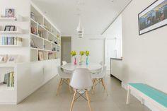 Para dar amplitude ao espaço, a designer de interiores Rosa Tieppo integrou living, sala de jantar e cozinha, totalizando 20 m²
