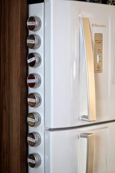Veja como fazer esse porta temperos magnético para deixar a cozinha muito mais prática e charmosa! Diy Magnets, Kitchen Gifts, Home Hacks, French Door Refrigerator, Diy Organization, Colorful Decor, Kitchen Storage, Sweet Home, Kitchen Appliances