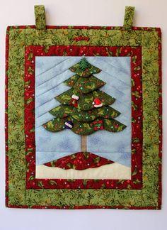 Painel de árvore de Natal na técnica fundation 3d. Confeccionado com tecidos importado e nacional. Pode ser utilizado como enfeite de porta ou de parede.  Pode ser feita apenas em tecidos nacionais por R$ 90,00. R$ 120,00