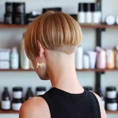 Thinking about giving your medium hair an update? Try a sassy and versatile long bob with bangs. The lob is a great choice for women of all ages because it's classy, timeless and suitable for different types of hair and face shapes. Messy Bob Hairstyles, Medium Bob Hairstyles, Trending Hairstyles, Medium Hair Styles, Short Hair Styles, Long Bob With Bangs, Stacked Haircuts, Undercut Bob, Bob Haircuts For Women