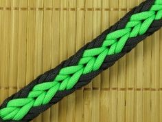 Learn how to make a (Thick) Fishtail paracord bracelet with Buckles. Simple video instraction about making (Thick) Fishtail paracord bracelet. Paracord Tutorial, Bracelet Tutorial, Paracord Weaves, Paracord Braids, Paracord Keychain, Paracord Bracelets, Survival Bracelets, Bracelet Knots, Arrow Bracelet