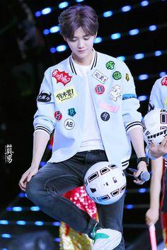 Luhan zhejiang TV New Year Gala cr. see logo Luhan Exo, Kris Wu, Cnblue Jung Yong Hwa, K Pop, Banda Kpop, Jimin, Xiuchen, Hunhan, Actor