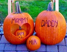 mom dad mia and baby halloween pregnancy announcement idea - - Schwanger ideen - Kinder web Bebe Shower, Baby Shower Fall, Baby Shower Games, Baby Shower Halloween, Fall Baby Showers, Girl Shower, Oktober Baby, Halloween Pregnancy Announcement, Pregnancy Announcements