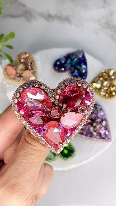Vintage Jewelry Crafts, Jewelry Art, Beaded Jewelry, Fashion Jewelry, Diy Bead Embroidery, Embroidery Fashion, Felt Brooch, Beaded Brooch, Aluminum Foil Art