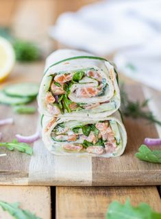 Wrap au tartare de saumon, concombre et ricotta – Cuisine ta ligne Manger Healthy, Ricotta, Fresh Rolls, Salmon Burgers, Sandwiches, Lunch Box, Menu, Cooking, Ethnic Recipes