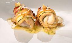 Receta de popietas o rollitos de pechuga de pollo, calabacín y tocineta asadas al horno acompañadas de una salsa de miel y nueces. #pollo #calabacin