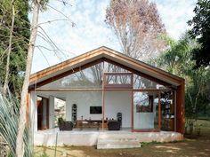 Haus mit einer großen Glasfront, das aber nicht zu modern wirkt und sich gut in die Umgebung einpasst.