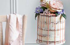 Denne kage har et moderne skrabet udtryk, men er stadig utrolig festlig og romantisk på grund af blomsterne på toppen. Få opskriften på den lækre passions-lagkage med kokosfrosting her