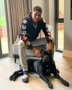 Rashford with Saint 🐶, my top 5 defenders united need to sign will be out later so keep a look out! Football Outfits, Football Boys, Football Fever, Jesse Lingard, Reign Fashion, Marcus Rashford, Cute Gay Couples, Insta Models, Man United
