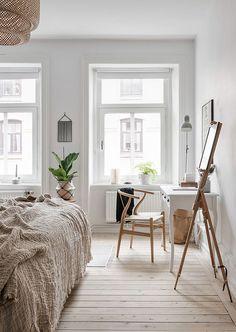 Scandinavian Bedroom Design Scandinavian style is one of the most popular styles of interior design. Neutral Bedroom Decor, Airy Bedroom, Home Decor Bedroom, Modern Bedroom, Bedroom Ideas, Bedroom Workspace, Home Interior, Interior Design, Scandinavian Bedroom