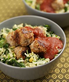 Mix together the meatball ingredients and form about 20 meatballs. Put the sauce ingredients in a saucepan and bring to the boil. Spinach Rice, Swedish Meatball Recipes, Yummy Food, Healthy, Simple, Ethnic Recipes, Beautiful, Delicious Food, Health
