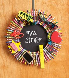 How To Make A Crayon Wreath from Joann's Teacher Wreaths, School Wreaths, Teacher Crayon Wreath, Crayon Wreaths, Wreath Crafts, Diy Wreath, Wreath Making, Burlap Wreath, Craft Projects For Kids