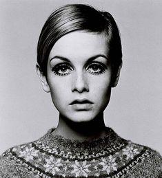 Twiggy - Considerada uma das primeiras supermodelos do mundo, sua imagem quase andrógina, macérrima, pequena, com cabelos loiros muito curtos e imensos olhos realçados com camadas de rímel e cílios postiços, a tornaram um ícone da moda e de estilo dos anos 60s.