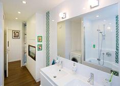 Koupelna s dvojumyvadlem a velkým zrcadlem Bathroom Lighting, Sweet Home, Bathtub, Mirror, Furniture, Home Decor, Bathroom Light Fittings, Standing Bath, Bathroom Vanity Lighting
