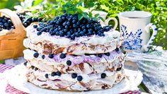 Vem blir inte sugen på att baka – och framför allt fika – när man ser den här härliga, fluffiga blåbärsmarängtårtan?!