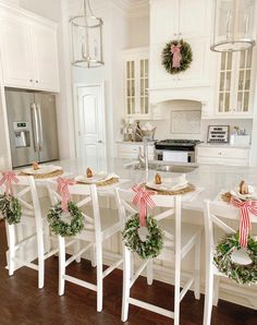 DIY Christmas decorations are fun projects to do with your family and friends. At the same time, DIY Christmas decorations … Farmhouse Christmas Decor, Cozy Christmas, Christmas Holidays, Christmas Wreaths, Thanksgiving Holiday, Fall Wreaths, Christmas Decor In Kitchen, Christmas Christmas, Elegant Christmas Decor