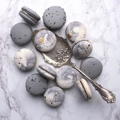 grey and marble macarons will fit your dessert table perfectly Cute Desserts, Dessert Recipes, Cute Food, Yummy Food, Macaroon Cookies, French Macaroons, Pink Macaroons, Macaroon Recipes, Aesthetic Food